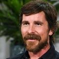 Christian Bale felemeli Thor kalapácsát?