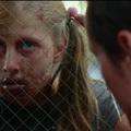 Vérszomjas zombi diákok elől menekül Elijah Wood