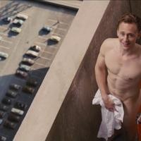 Egy szál törölközőben virít Tom Hiddleston a High-Rise trailerében