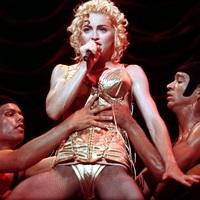 Leleplezik Madonnát a táncosai