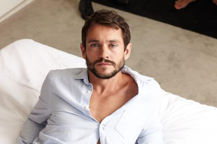 Hugh Dancy is belép a mamipornóba