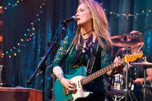 Durván zúzza a gitárt Meryl Streep