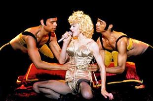 Kitálalnak Madonna táncosai