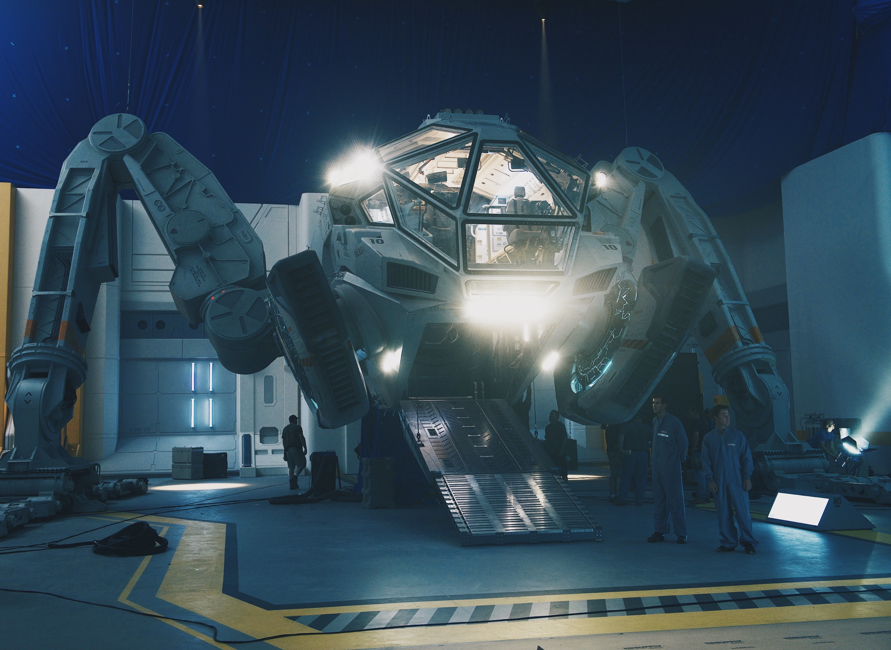 independence-day-2-resurgence-moon-tug.jpeg