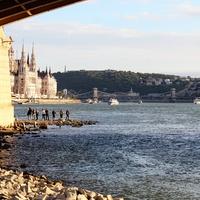 Miért lehetett száraz lábbal körbejárni a Margit híd pillérét idén nyáron?