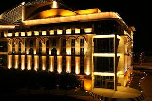 Hányszor kellett a pesti színészeknek átmenetileg egy ideiglenes Nemzeti Színházban játszaniuk?