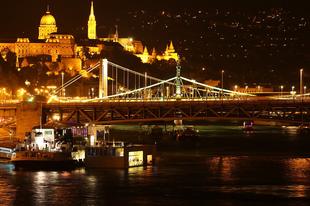 Hol tudunk éjszaka is fürdőzni Magyarországon?