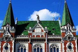 Középkori lovag áll az újpesti városháza épületén