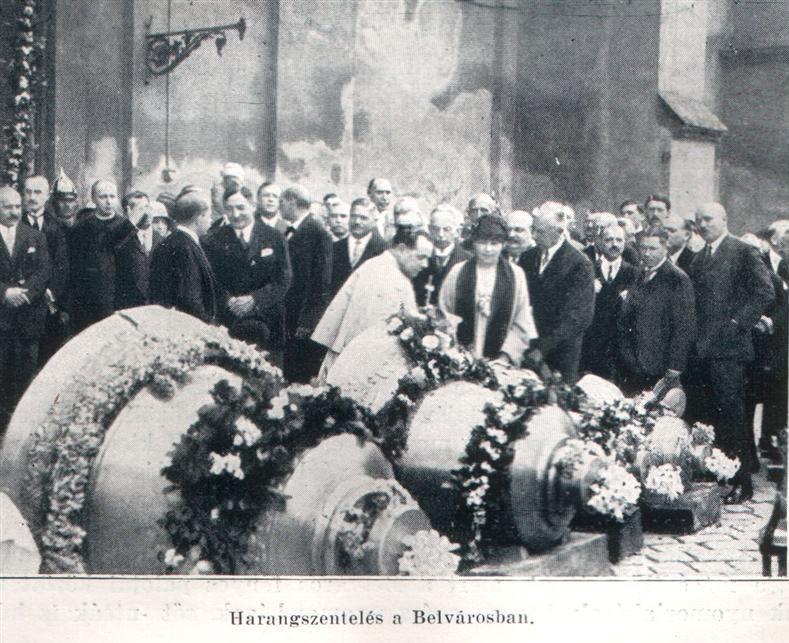 A templom négy harangjának felszentelése 1929-ben. (Forrás: http://www.belvarosiplebania.hu)
