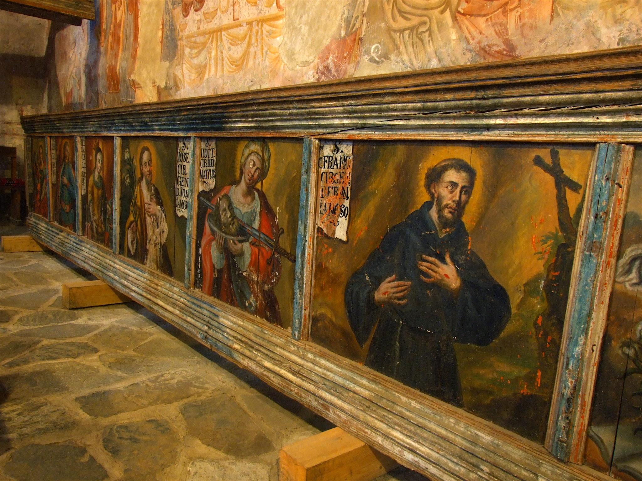 A templom belső fala, a szentképek felett a 14-15. századi freskók.