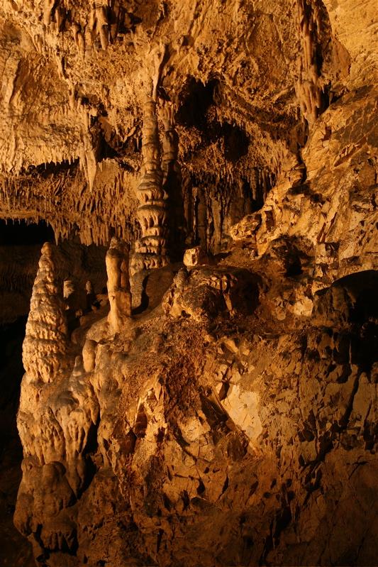 A Súgó-barlang képződményei.