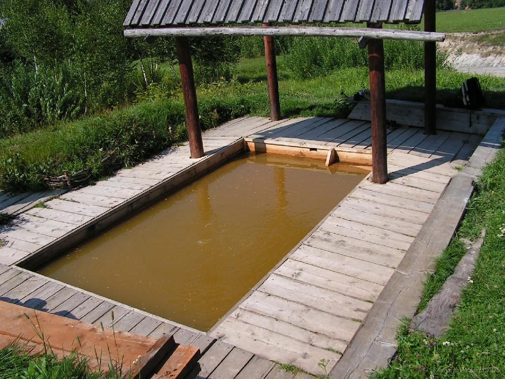 A fürdőmedence melynek a partjáról lehet lábat lógatni és benne is lehet fürdeni. Fotó: Helikon7