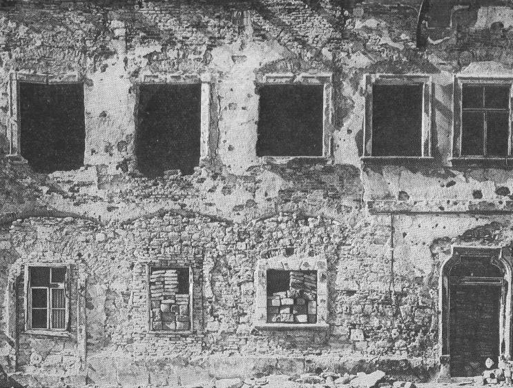 Az épület utcai homlokzata 1945-ben. Mint azt Czagány István írja, a XVIII. század első felében barokk stílusban újjáépítették a megrongálódott épületet. Így érte a házat Budavára 1944-45. évi ostroma, amikor súlyos sérüléseket szenvedett.