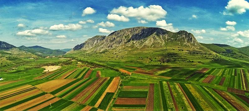 Látkép mezőgazdasági földekkel.