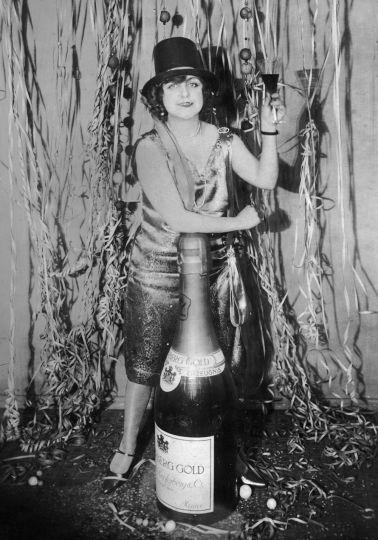 1925. Szilveszteri mulatság Németországban egy óriás pezsgővel.