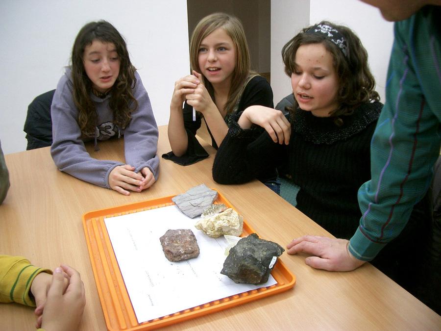 2007-es természetismereti vetélkedő, kőzetfelismerés fotó: Katona Lajos