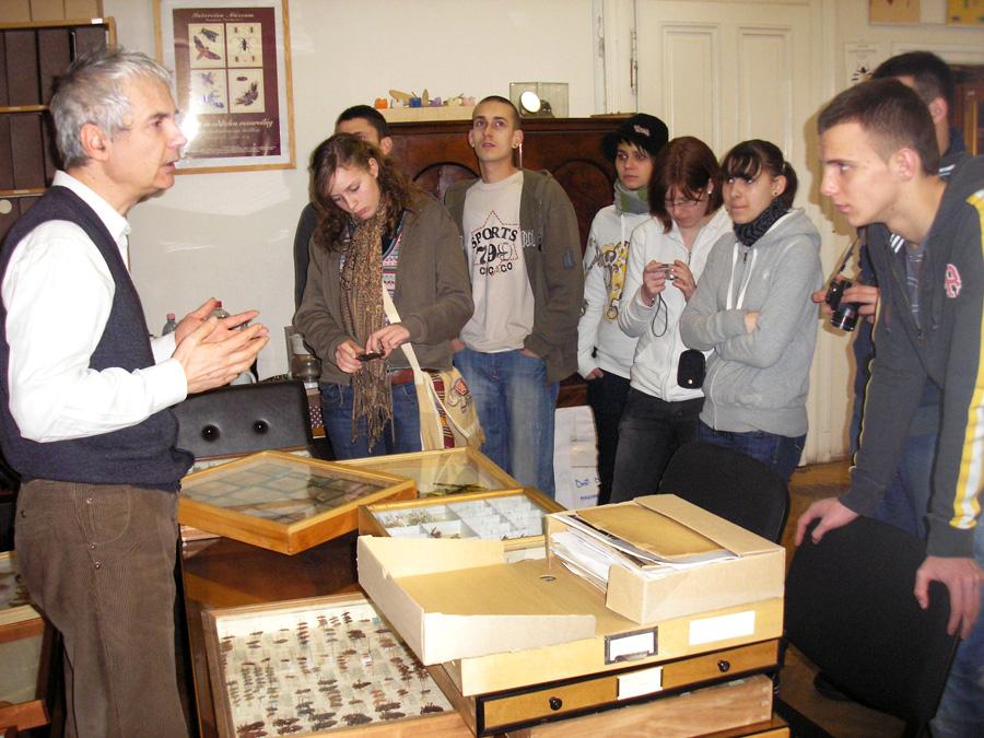 Dr. Szél Győző tárlatvezetése a 2010-ben szervezett középiskolás szakkörön fotó: Kutasi Csaba