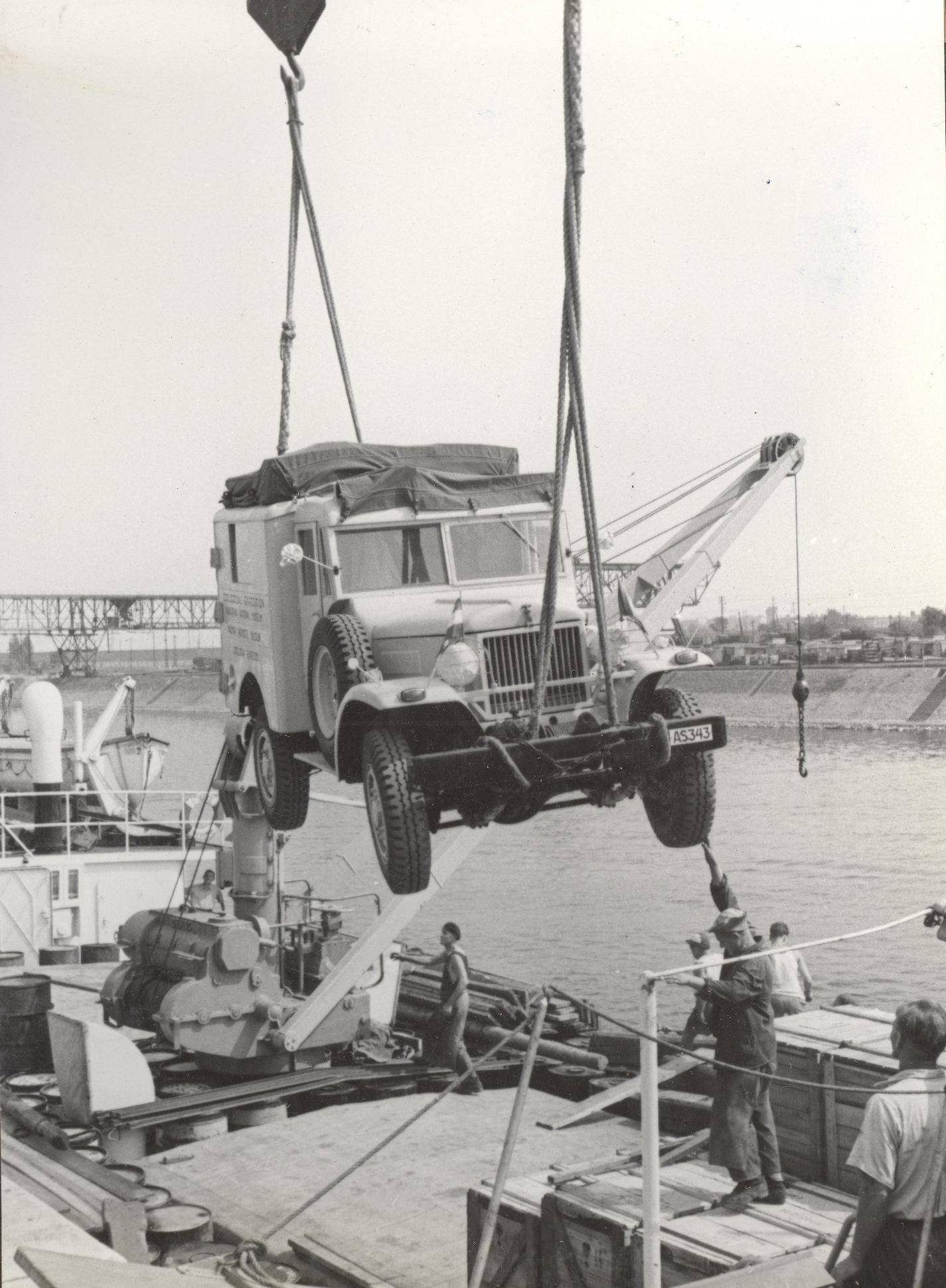 Berakodás a DEBRECEN Duna-tengerjáró hajóra. Csepeli szabadkikötő, 1957. augusztus 14.