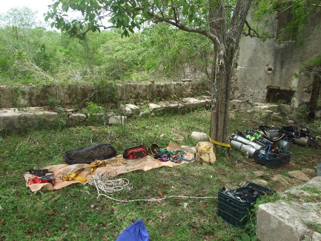A barlangi búvármerülés sok felszerelést igénylő tevékenység. (Kanun, Homún).