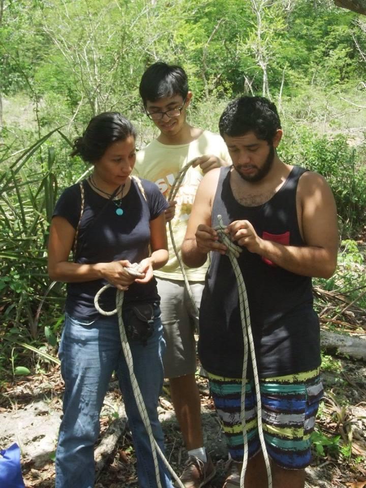 Így készül a nyolcas csomó, más néven perecfül. Nori, Jonathan és Ricardo BSc-hallgatók szakdolgozati témája egy részletes cenote adatbázis elkészítése.