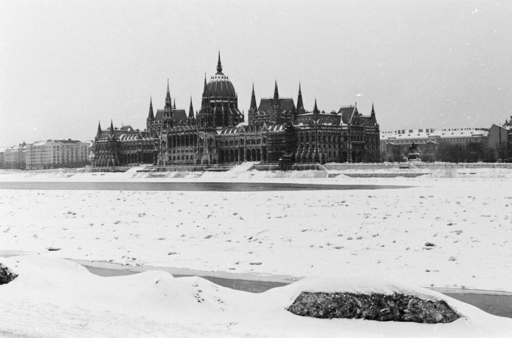 1941_magyarorszag_budapest_a_zajlo_duna_es_a_parlament_a_budai_also_rakpartrol_nezve_konok_tamas_id.jpg