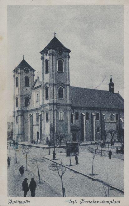 A Szent Bertalan templom jóval egyszerűbben újjáépített toronysisakjai 1928-ban, melyek teljesen más jelleget adnak a tornyoknak, azok nem törnek már úgy az ég felé. Kép: vk-gyongyos.bibl.hu