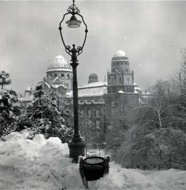 1939_magyarorszag_budapest_xi_gellert_gyogyfurdo_a_kelenhegyi_ut_felol_nezve_lorincze_judit.jpg