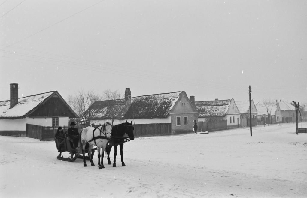 1939_magyarorszag_gyor_menfocsanak_csanaki_utca_a_hegyalja_utca_felol_nezve_konok_tamas_id.jpg