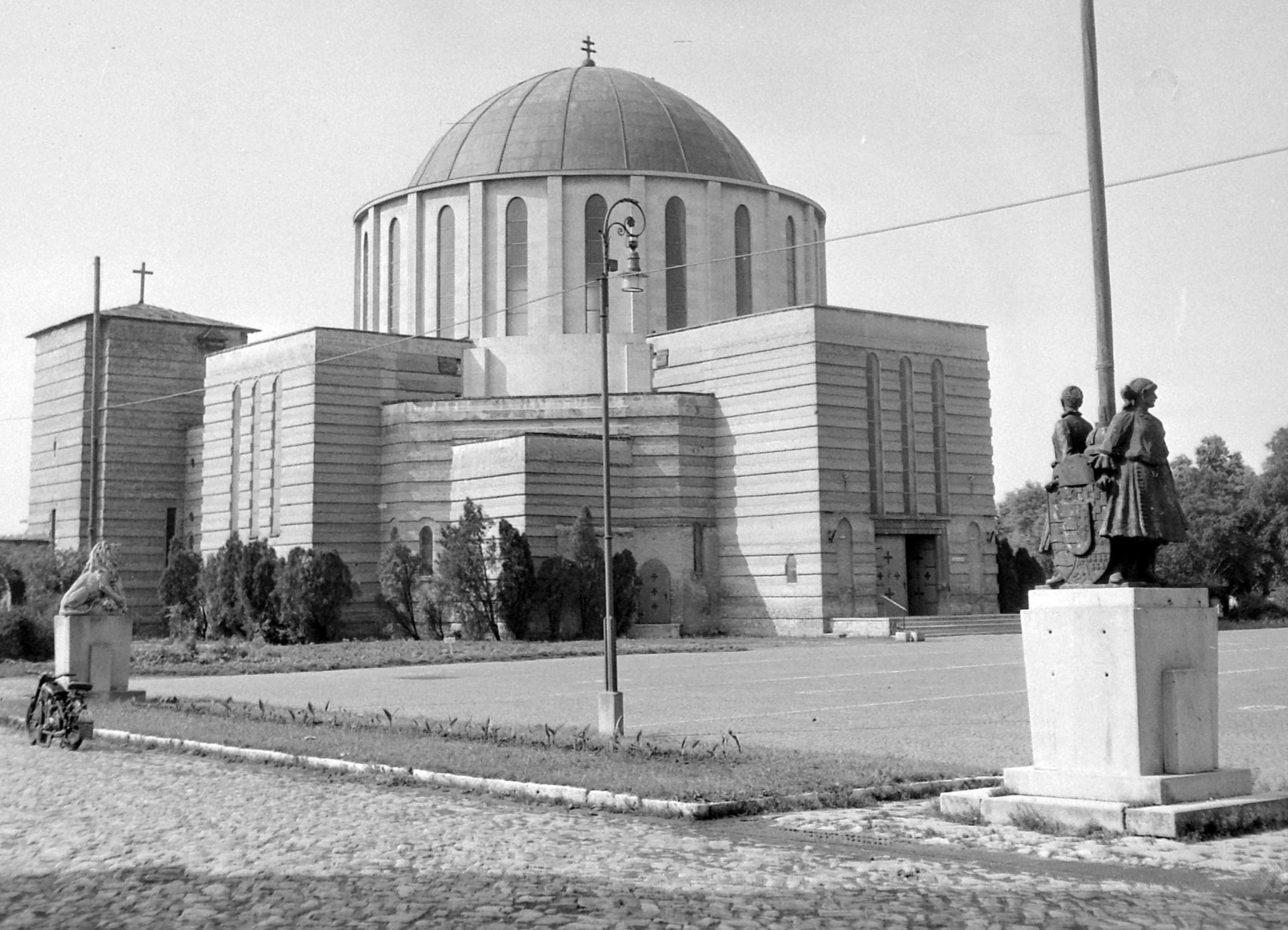 A Mohácsi Fogadalmi Emléktemplom 1955-ben. Kép: Fortepan / Egy dunai hajóút felvétele