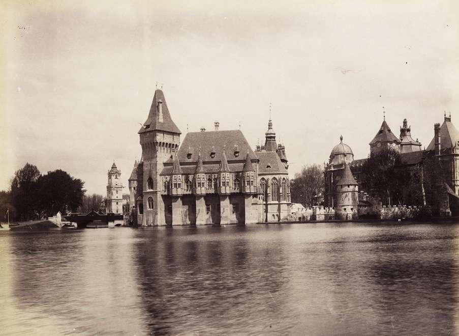 Városligeti-tó és a millenniumi kiállításra épített történelmi főcsoport épületei, balra a Vajdahunyad vára. <br /><br />Forrás: Fortepan / Budapest Főváros Levéltára. Levéltári jelzet: HU.BFL.XV.19.d.1.09.040<br />