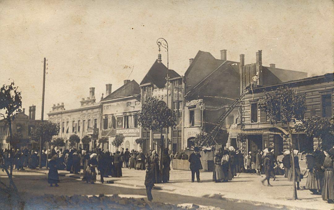Középen az Általános Bank palotája, a tetőzete megsemmisült, a helyreállítás során sokkal egyszerűbb, laposabb tetőt kapott. Kép: vk-gyongyos.bibl.hu