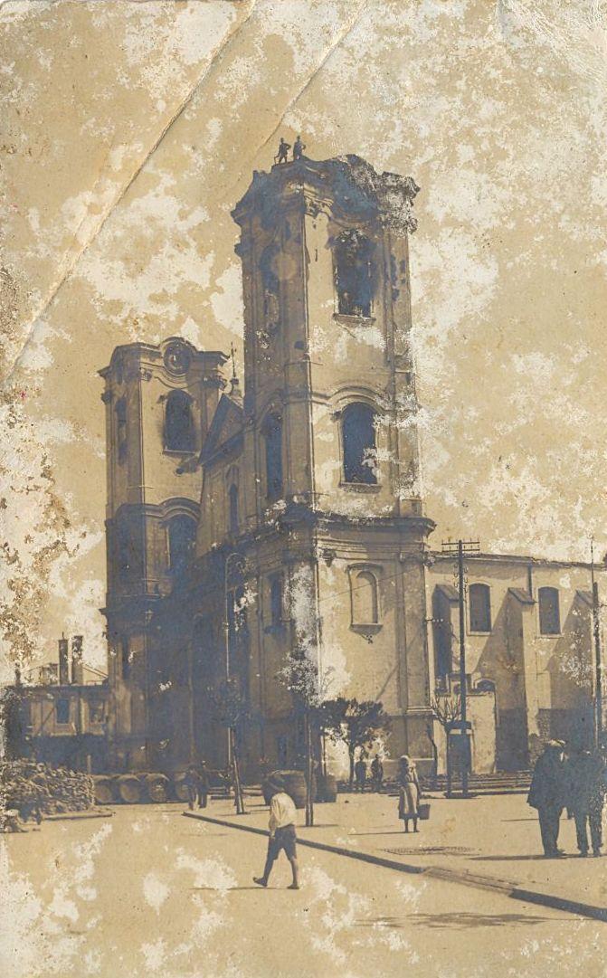 A templom leégett toronysisakkal, a jobb oldali tornyon két férfi méri fel a helyzetet. Kép: vk-gyongyos.bibl.hu