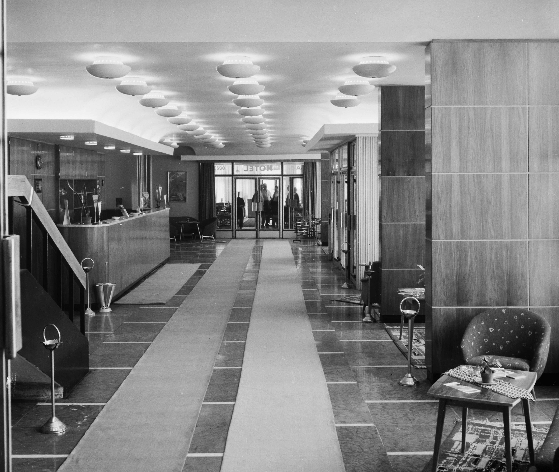 A Fürdő Hotel hallja és recepciója 1967-ben. Kép: Fortepan/Bauer Sándor