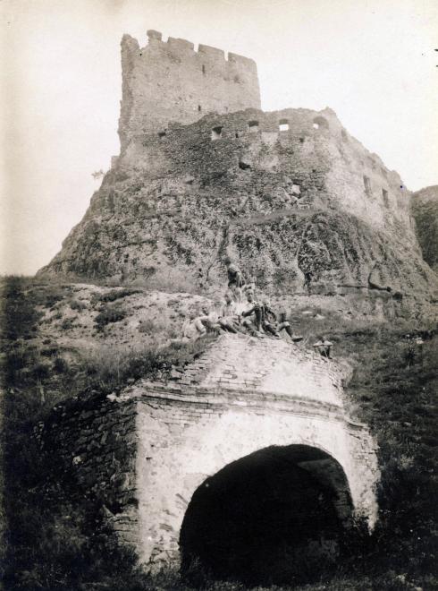 boldogko_vara_a_varpince_bejarataval_1924_jezsuita_leveltar.jpg