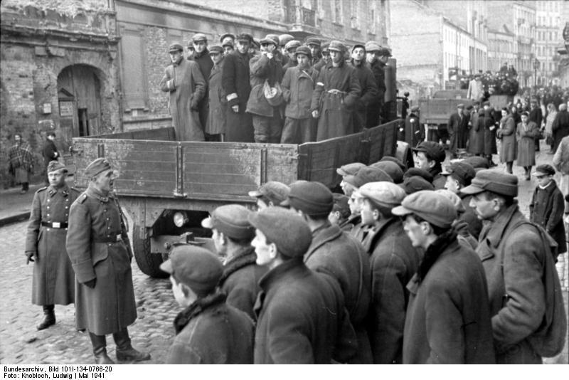 Zsidók teherautón az ul. Grzybowskán, 1941.