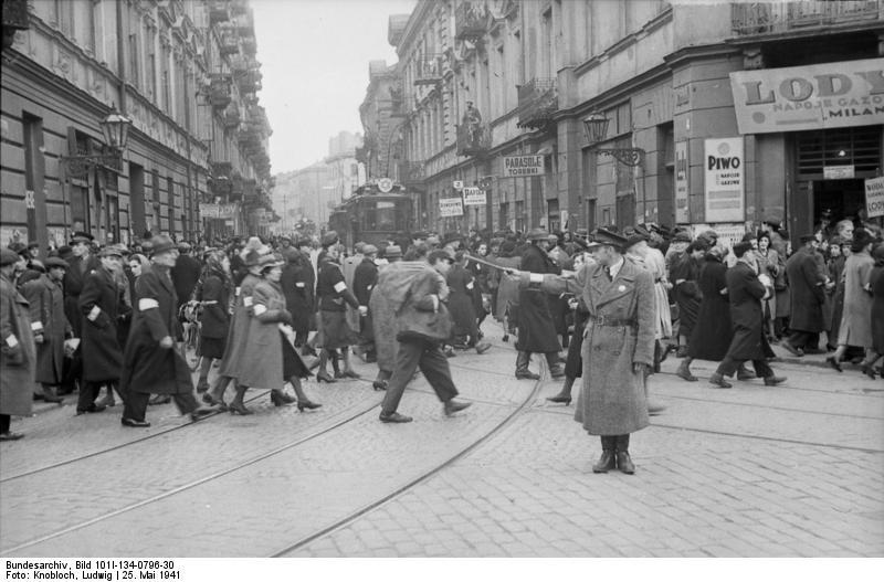 Rendőr irányítja a gettó lakóit, 1941.