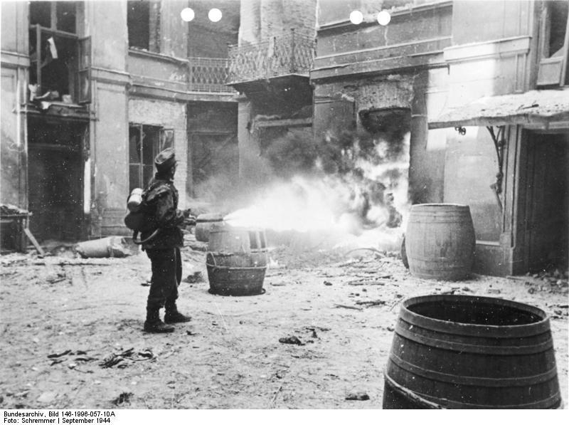 Katona lángszóróval a gettóban.