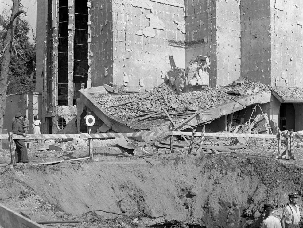 Az Ördög-árokba csapódott bomba krátere a plébániatemplom mellett 1942-ben, kép: Fortepan / Lissák Tivadar