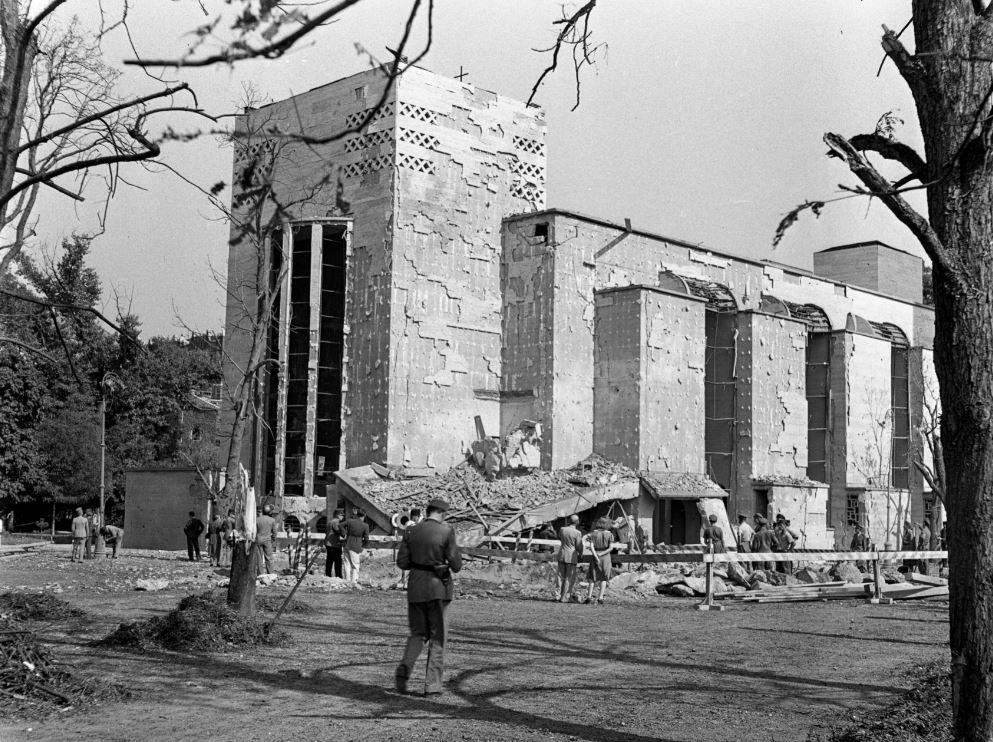A Városmajori Jézus Szíve templom 1942-ben a bombatámadás után, kép: Fortepan / Lissák Tivadar