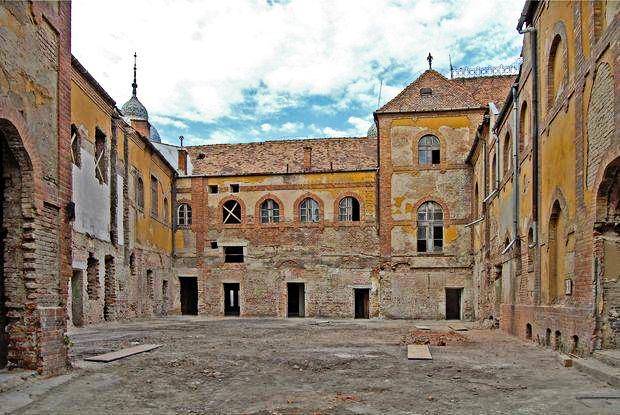 A belső homlokzat a felújítás előtt. Kép: delmagyar.hu