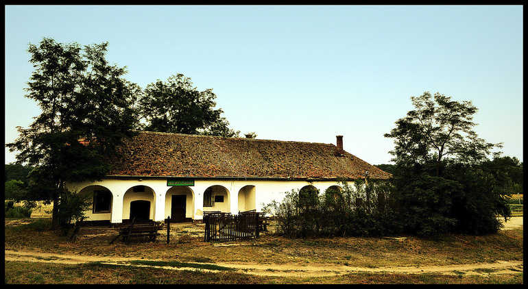 2013-as kép, dka.oszk.hu<br />A zöld Halápi Csárda tábla még sértetlen.