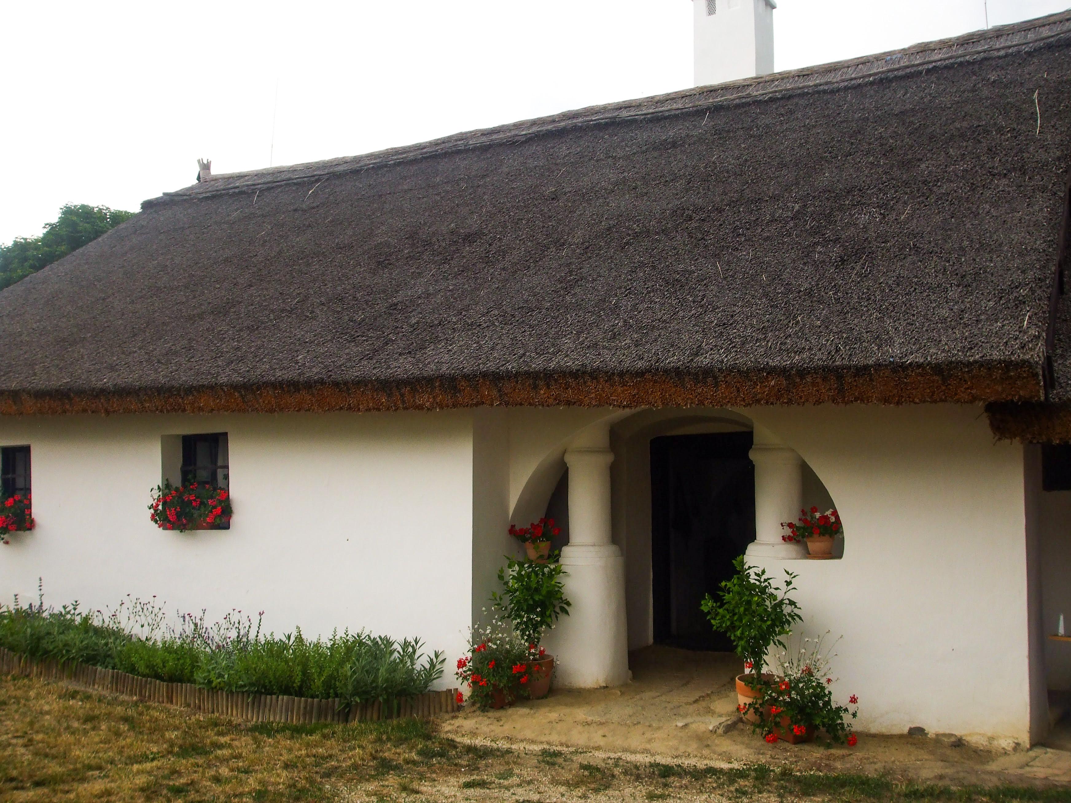 A Parasztgazda háza. A tornácból csak két pillér maradt egy plusz helyiség beépítése miatt.