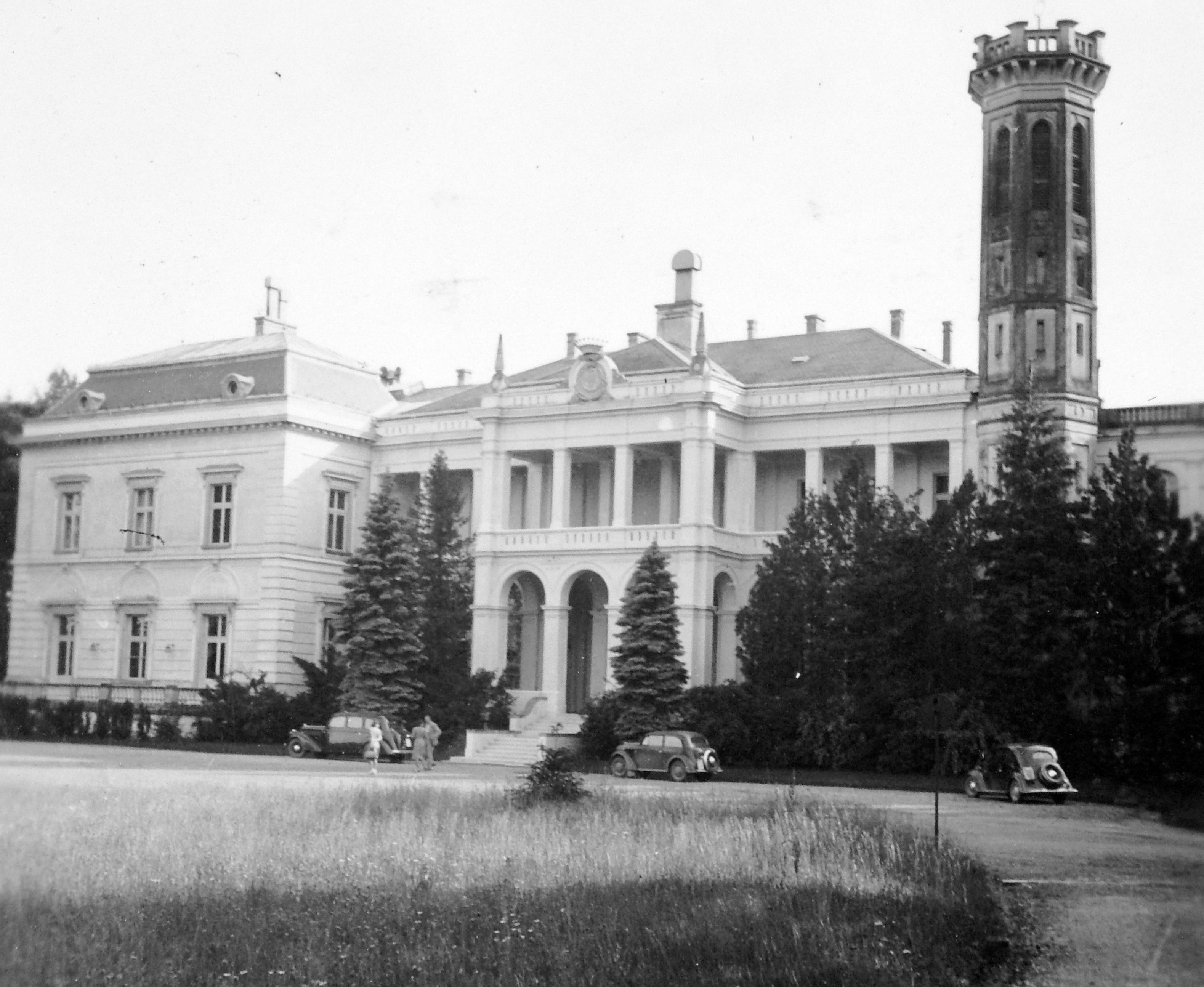 1940. A kastély ekkor luxusszállóként működött. Kép: Fortepan / Gyöngyi