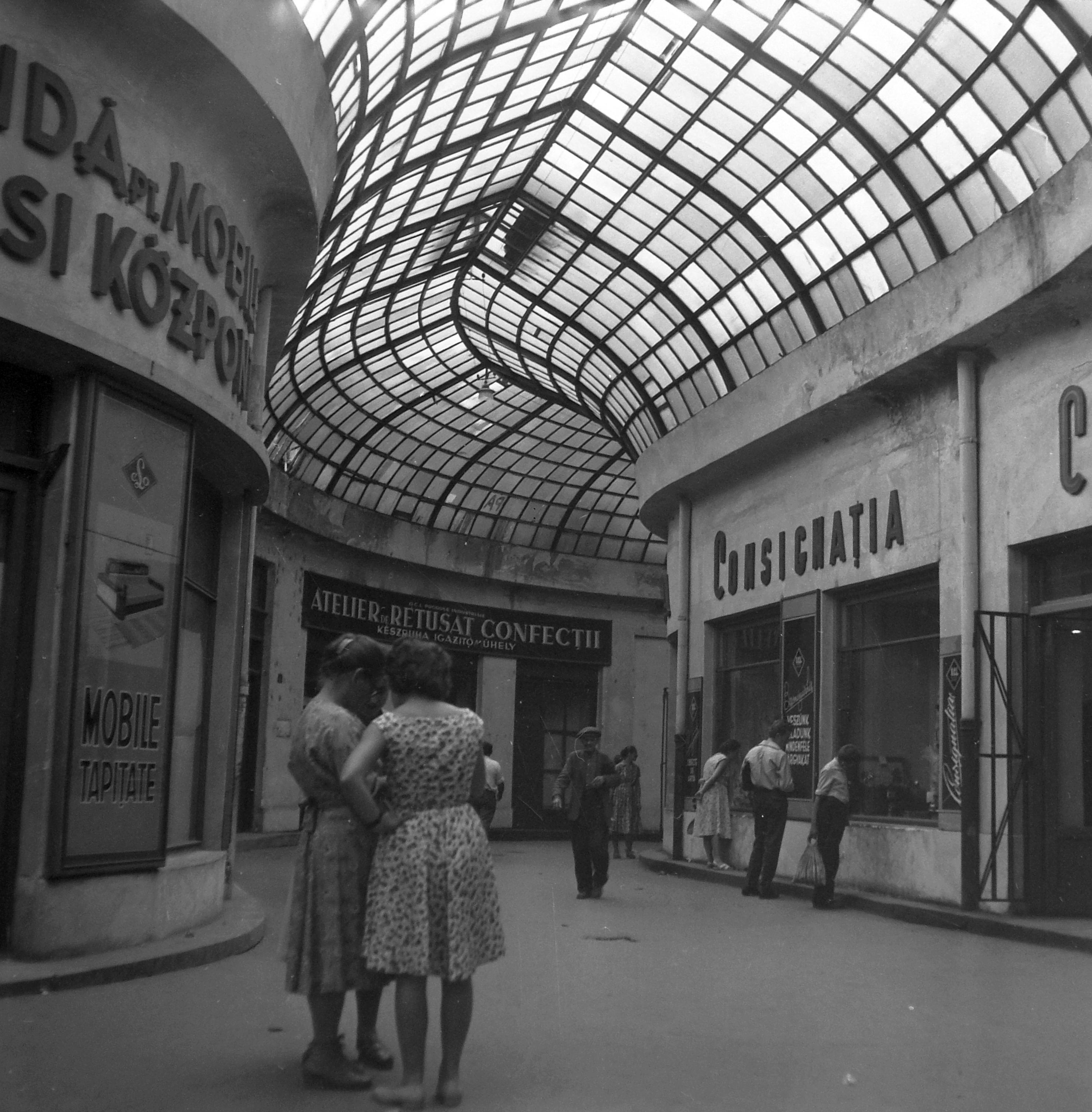 A hatvanas években is üzletek a passzázson. Kép: Fortepan / Pálfi Balázs, 1961
