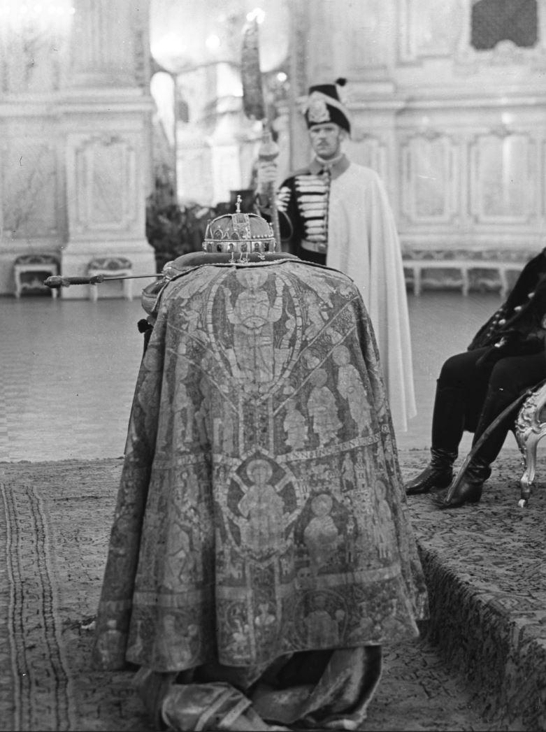fortepan_kiralyi_palota_balterme_a_kozszemlere_helyezett_szent_korona_es_a_koronazasi_ekszerek_1940.JPG