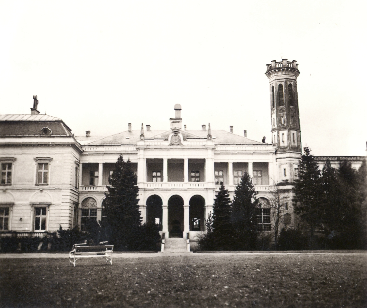 1942. A kastély ekkor luxusszállóként működött. Kép: Fortepan / Klenner Aladár