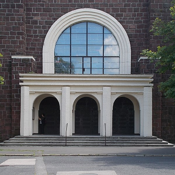 A győr-gyárvárosi plébániatemplom bejárata. Kép: Wikimedia Commons / Globetrotter19