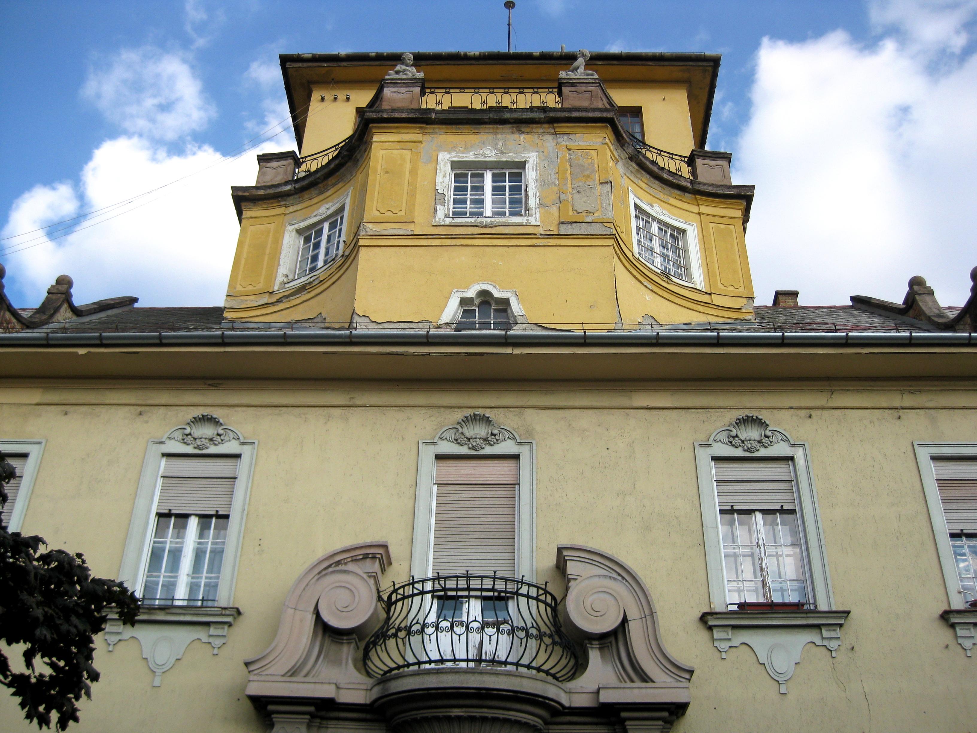 Volt Nemzeti Banki épület és tűzoltólaktanya. A Déli és Ny-i szárnyat a Tűzoltóság, a Keleti szárnyat a Nemzeti Bank számára építették (építész: Wälder Gyula).  Kép: CPV1011 / Wikimedia Commons