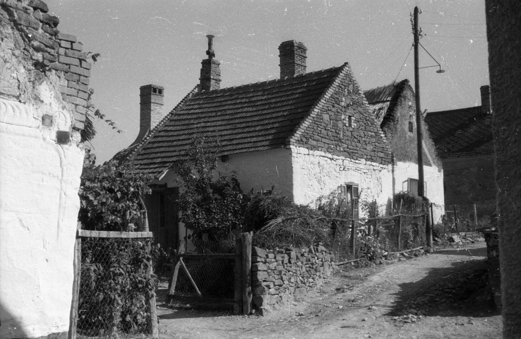 A Petőfi Sándor utca 1967-ben. A bal szélen látható az előző képen szereplő ház kis részlete, akkor még elég romos állapotban. Kép: Fortepan / Hunyady József