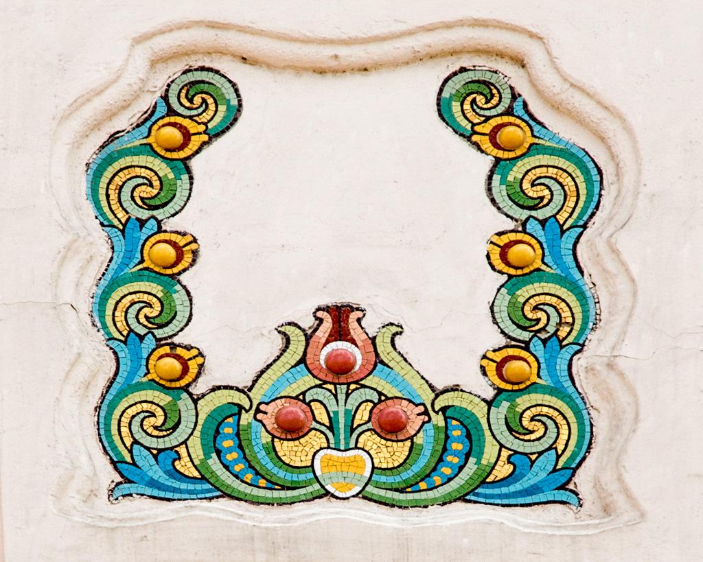 Részlet a homlokzat mozaikdíszítéséből. (Kép: IMM gyűjtemények)